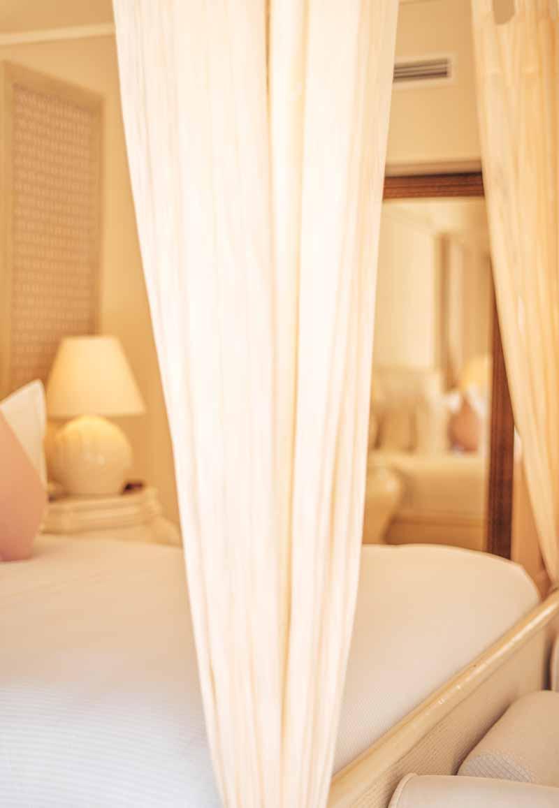 hotel room details 4 poster bed