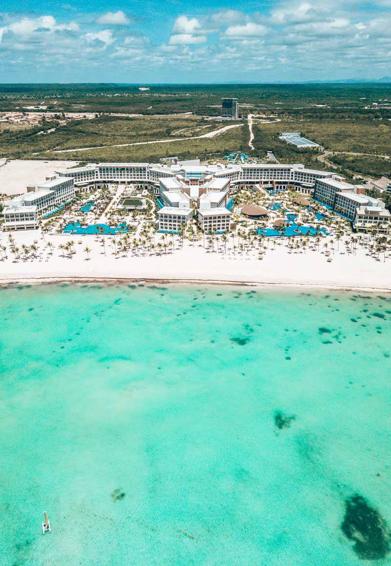 beautiful hotel property with teal water