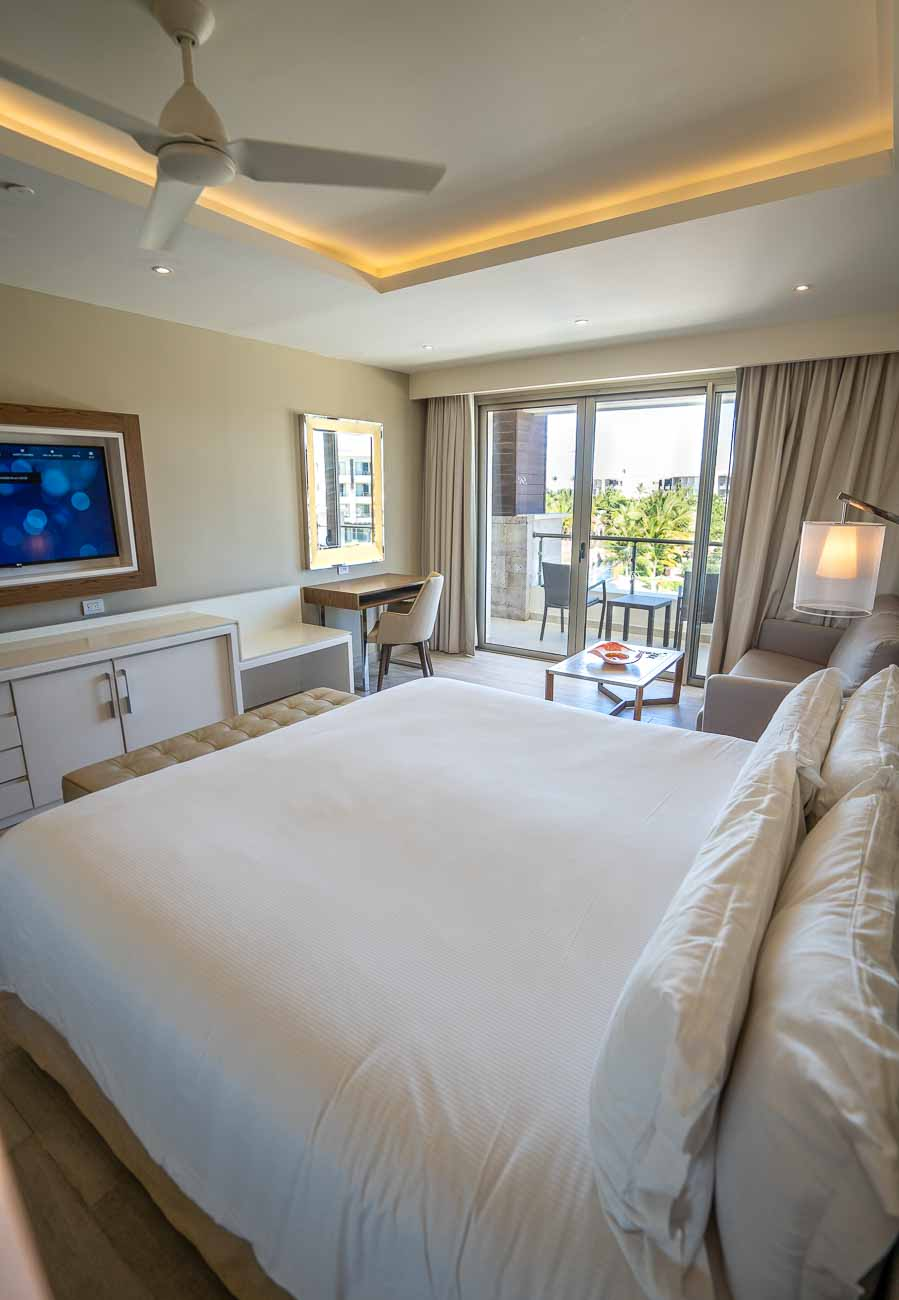 king bed hotel suite